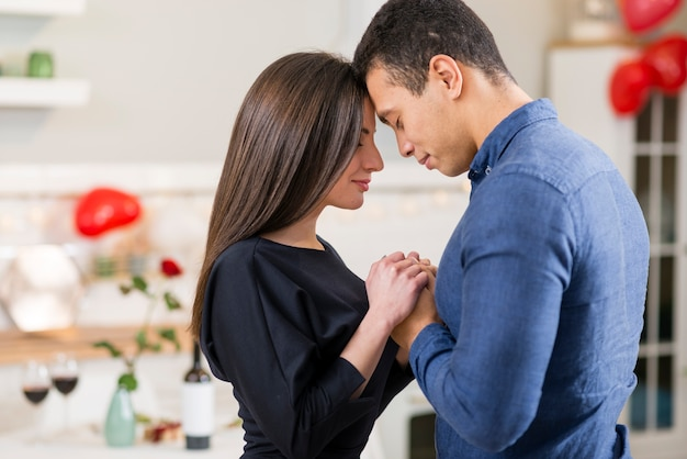 Paar, das hände am valentinstag mit kopienraum hält Kostenlose Fotos