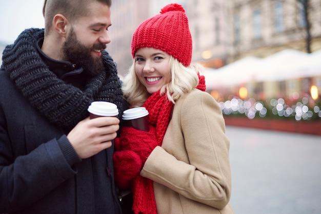 Paar, das heißen kaffee draußen trinkt Kostenlose Fotos