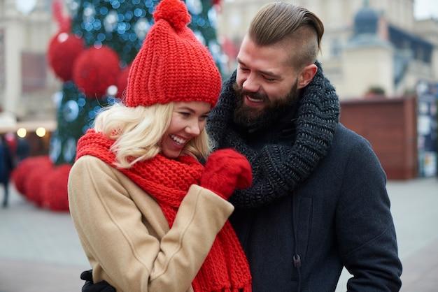Paar, das lustige zeit auf dem weihnachtsmarkt verbringt Kostenlose Fotos