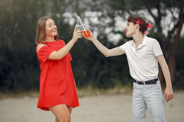 Paar, das spaß am strand mit getränken hat Kostenlose Fotos