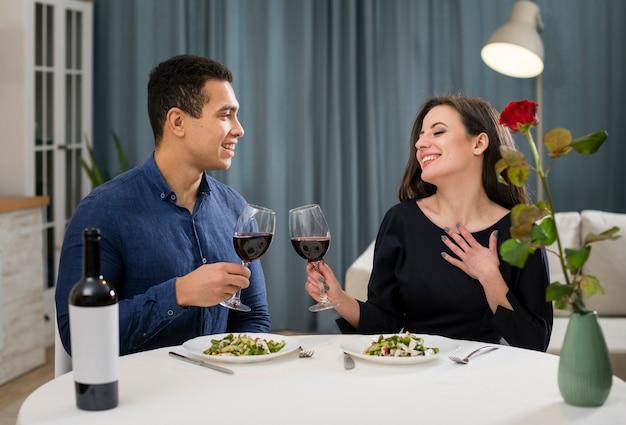 Paar, das valentinstag mit einer flasche wein feiert Kostenlose Fotos