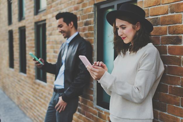 Paar-dating-glück, das unter verwendung des intelligenten telefons reist Premium Fotos