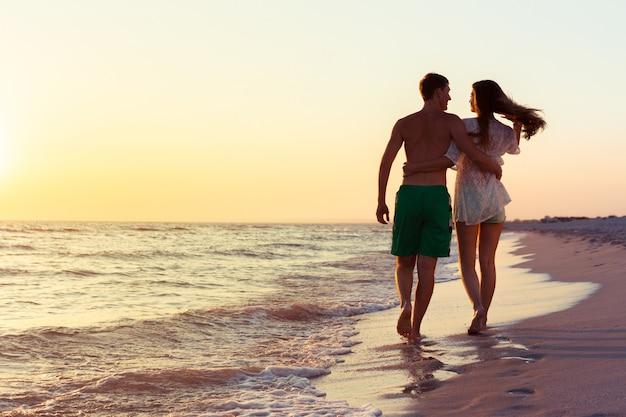 Paar einen spaziergang am strand Premium Fotos