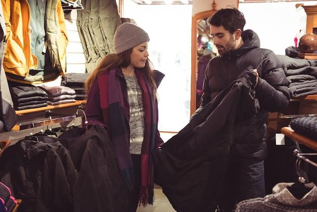Paar einkaufen in einem bekleidungsgeschäft Kostenlose Fotos
