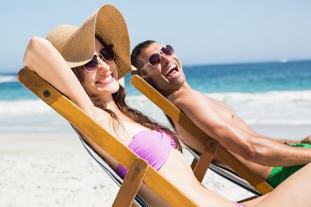 Paar entspannend auf liegestuhl Premium Fotos