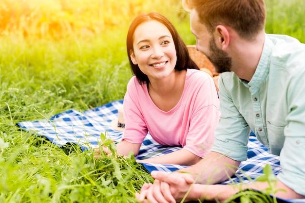 Paar entspannend auf picknick Kostenlose Fotos