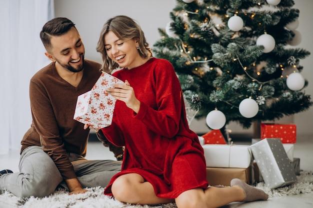 Paar feiert weihnachten zusammen zu hause Kostenlose Fotos