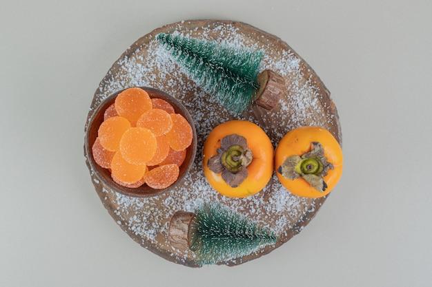 Paar frische kakis mit orangenmarmeladen. Kostenlose Fotos