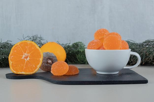Paar frische orangen mit zuckerhaltigen marmeladen. Kostenlose Fotos