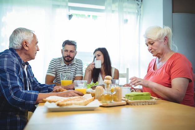 Paar frühstückt mit ihren eltern Premium Fotos