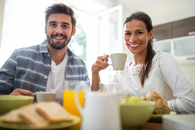 Paar frühstückt Premium Fotos