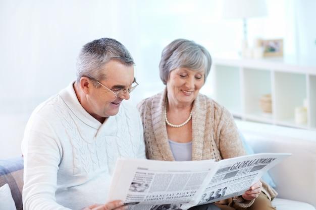 Paar gemeinsam eine Zeitung Kostenlose Fotos