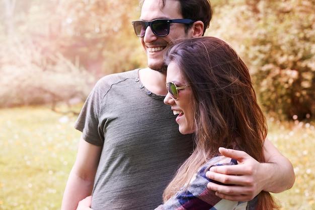Paar genießen im park Kostenlose Fotos