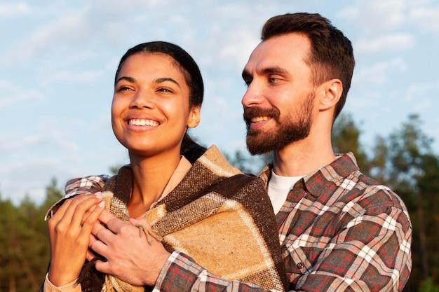 Paar genießen zusammen die aussicht Kostenlose Fotos
