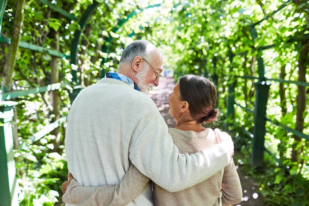 Paar genießt sonnigen tag Kostenlose Fotos