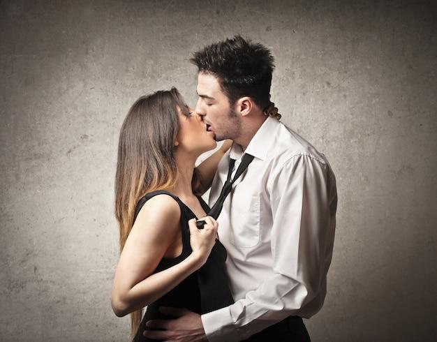Paar glücklich küssen Premium Fotos