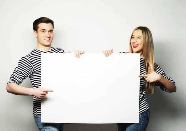 Paar hält eine fahne Premium Fotos