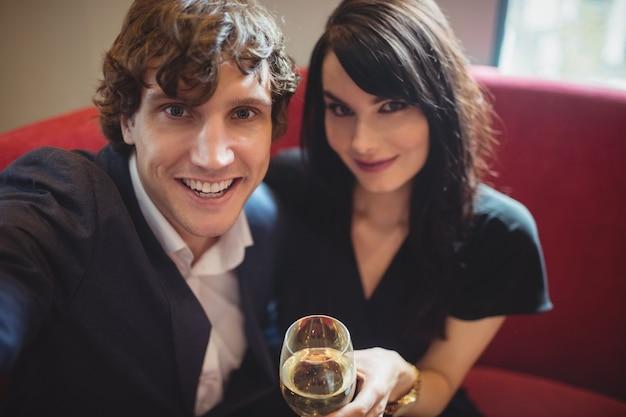Paar hält getränk und macht ein selfie Kostenlose Fotos