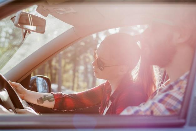 Paar im auto im sommer Kostenlose Fotos