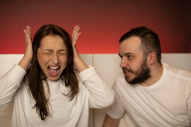 Paar im bett diskutieren Premium Fotos