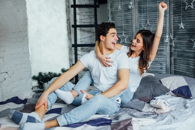 Paar im bett entspannen Premium Fotos