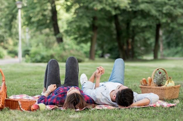 Paar im park nachschlagen Kostenlose Fotos