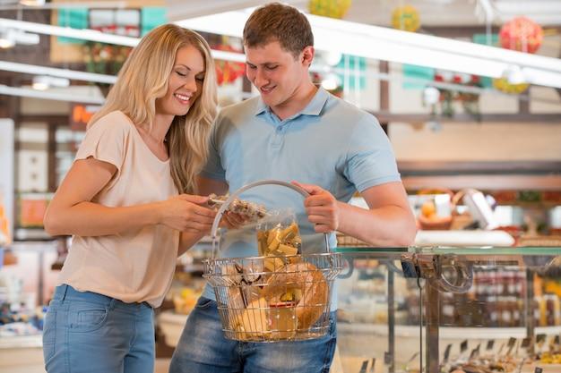 Paar im supermarkt Premium Fotos