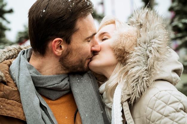 Paar im winter, das nahaufnahme küsst Kostenlose Fotos