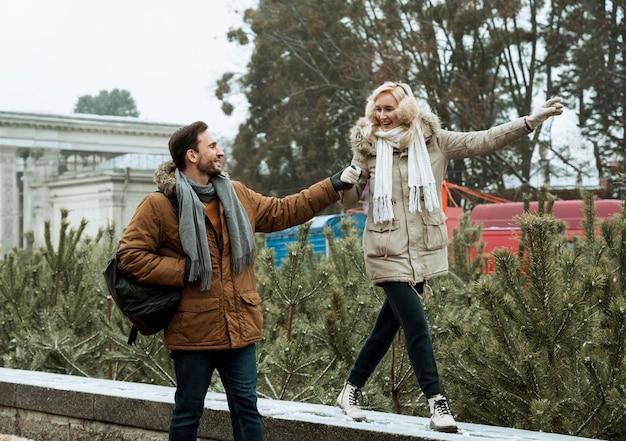 Paar im winter zusammen gehen und hände halten Kostenlose Fotos