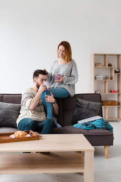 Paar im wohnzimmer, das morgenkaffee trinkt Kostenlose Fotos