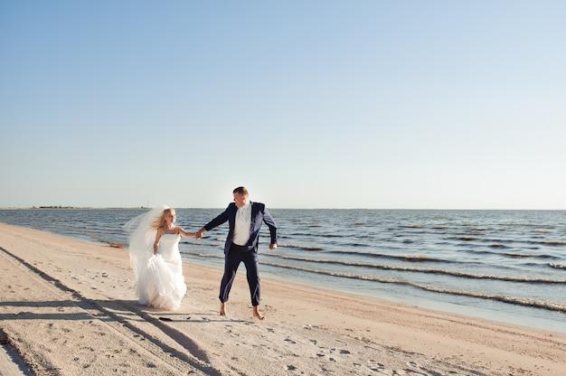 Paar in der liebe am strand an ihrem hochzeitstag Premium Fotos