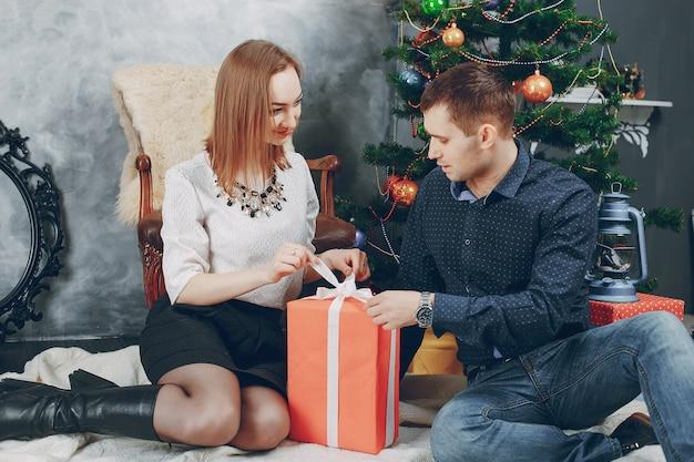 paar in der n he von weihnachtsbaum download der. Black Bedroom Furniture Sets. Home Design Ideas