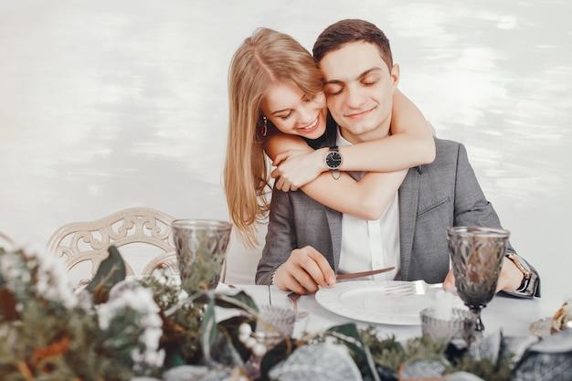 Paar in einem restaurant Kostenlose Fotos