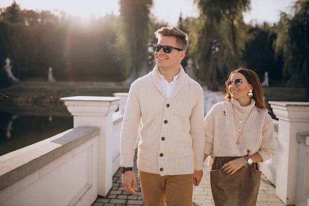 Paar in liebe umarmen Kostenlose Fotos