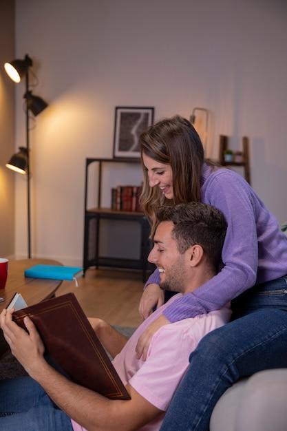 Paar in liebe zu hause entspannen Kostenlose Fotos