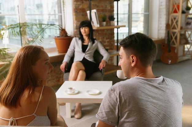 Paar in therapie oder eheberatung. psychologe, berater, therapeut oder beziehungsberater, der ratschläge gibt. mann und frau sitzen auf einer psychotherapie-sitzung. konzept für familie und psychische gesundheit. Kostenlose Fotos