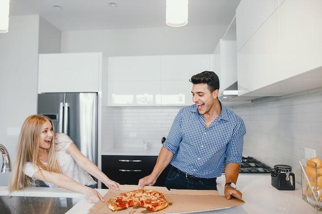 Paar isst eine pizza Kostenlose Fotos