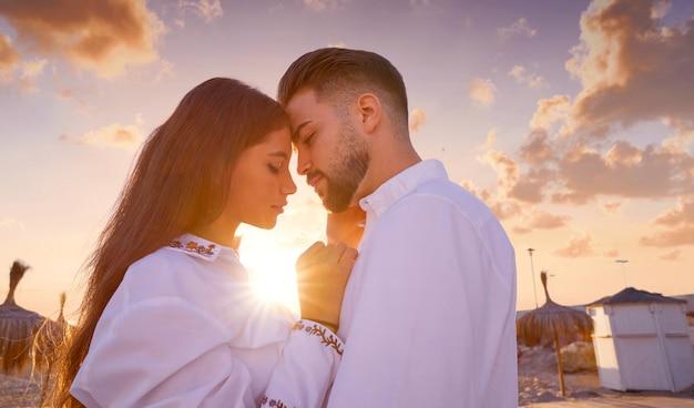 Paar jung in liebe umarmen am strand Premium Fotos