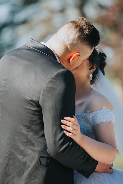 Paar küsst während ihrer ehe Kostenlose Fotos