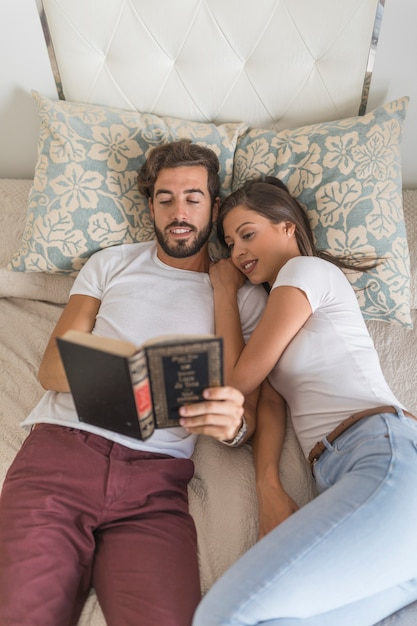 Türkisches Paar Poppt Auf Dem Bett