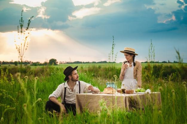 Paar macht ein picknick auf der wiese Kostenlose Fotos