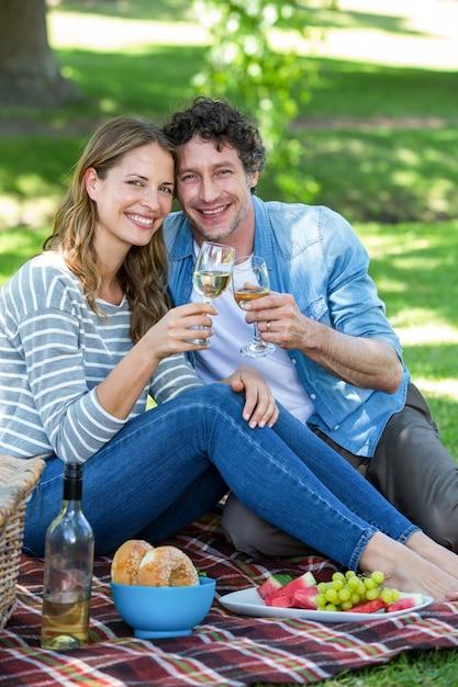 Paar mit einem picknick mit wein Premium Fotos