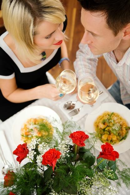 Paar mit einem romantischen abendessen Premium Fotos