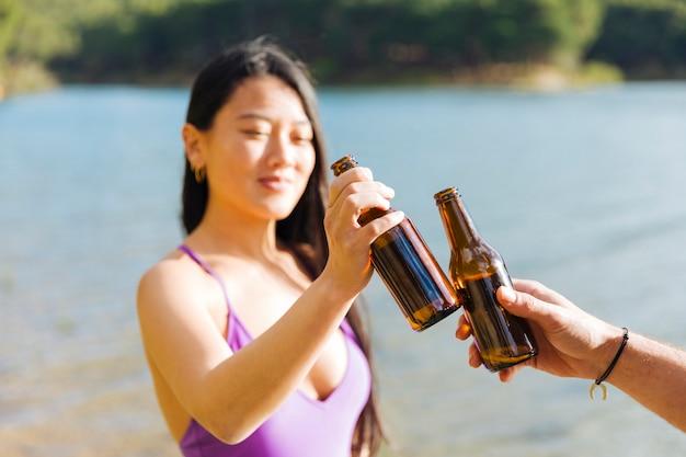 Paar mit flaschen bier rösten Kostenlose Fotos