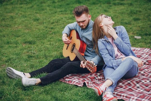 Paar mit gitarre Kostenlose Fotos