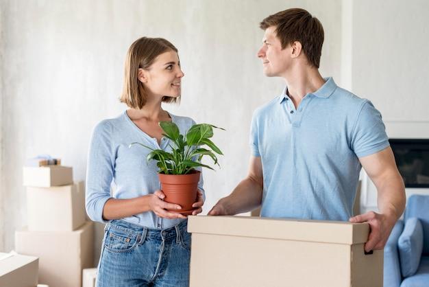 Paar mit kiste und pflanze bereit zum auszug Kostenlose Fotos