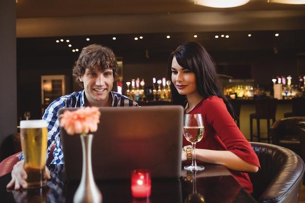 Paar mit laptop beim trinken Kostenlose Fotos