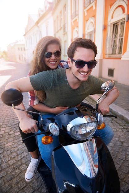 Paar motorrad fahren in der stadt Kostenlose Fotos