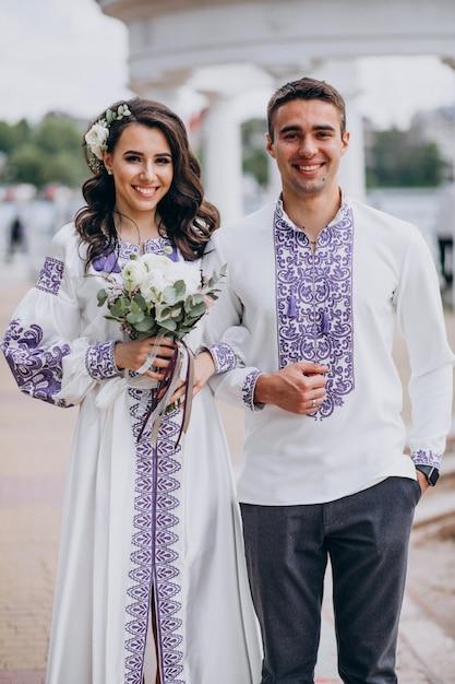 Paar posiert für ein foto an ihrem hochzeitstag Kostenlose Fotos
