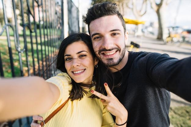 Paar posiert für ein selfie Kostenlose Fotos